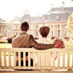 Zamilovany par pred zamkem