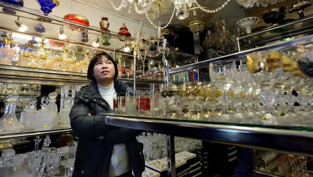 Tržnice SAPA v Praze, kterou provozuje vietnamská komunita. Èeský køišál je ve Vietnamu vynikající artikl. (17. dubna 2012, Praha);ekonomika, tržnice, obchod, textil, jídlo, potraviny, zboží (18.04.2012)