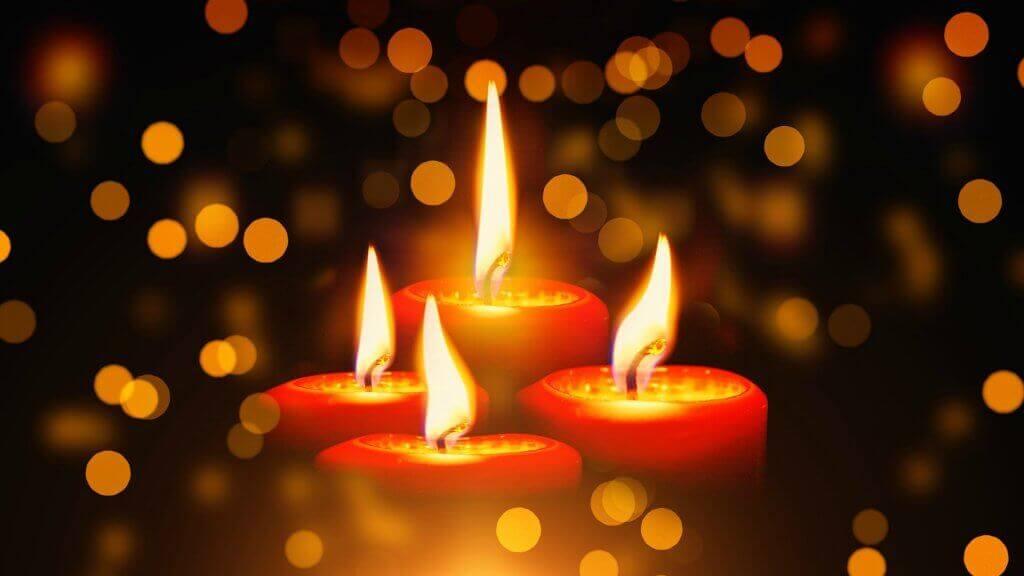 zapálené svíčky v očekávání adventu